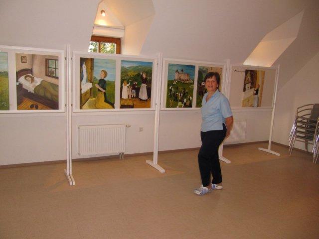 Barbara ob svojih slikah za ilustracijo knjige