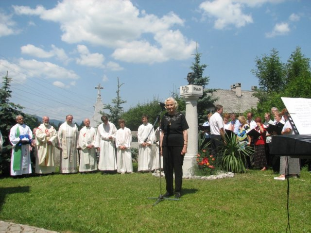 Mimi Malenšek pred Mauserjevim spomenikom
