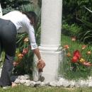 iz različnih posod so mladi stresali zemljo v žaro pred spomenikom