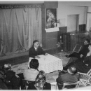 Pisatelj Karel Mauser predava ob obisku doma 1970