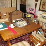 pisalna miza z drugim pisalnim strojem v stanovanju na Prulah