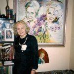 pisateljica ob portretni umetnini