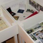 vitrine z gradivom iz otroštva, s priznanji in dokumentarnimi fotografijami