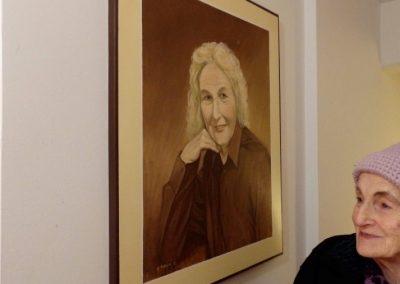 Neža Maurer ob portretu Mimi Malenšek